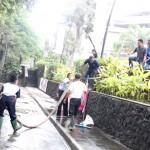 Solo Paragon Mall Bersihkan Abu Vulkanik
