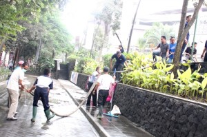 Management Sopar Mal 'guyub' bersihkan abu Kelud