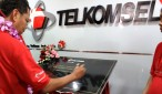 Penandatanganan Prasasti oleh Director of Sales Telkomsel, Mas'ud Khamid