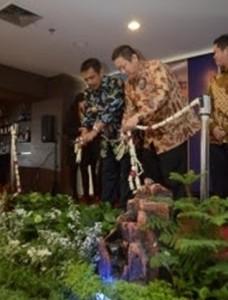 H. Bambang Irianto, SH.MM Walikota Kota Madiun  Harsono Lukito i pemilik dari Aston Madiun Hotel & Conference Center pada saat pemotongan pita selama acara Prosesi Pembukaan