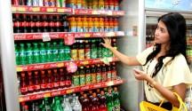 Konsumen belanja ke toko Alfamart