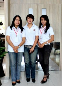 Corporate General Manager Azana Hotel Management, Bonaventura Christiani ( tengah), Porwanty Astuty (kiri) Corporate Marcomm Manager, usai jumpa media, Sala View Hotel. Sabtu (13/9/2014)