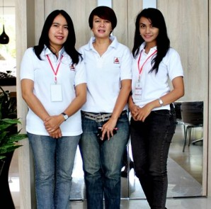 Corporate General Manager Azana Hotel Management, Bonaventura Christiani ( tengah), Porwanty Astuty (kiri) Corporate Marcomm Manager, usai jumpa media, Sala View Hotel. Sabtu (13/9/2014)