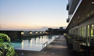 Suasana temaram di kolam renang Aston Solo Hotel Lantai 6
