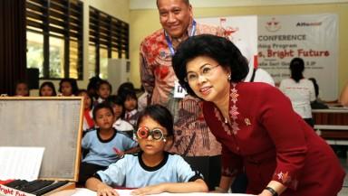 "Menteri Pemberdayaan Perempuan dan Perlindungan Anak, Linda Amalia Sari Gumelar (kanan) didampingi oleh Corporate Affairs Director SAT Solihin (belakang) meninjau langsung proses pemeriksaan mata gratis yang dilaksanakan sebagai bagian dari kegiatan Peluncuran Program ""Bright Eyes Bright Future"" di SDN 01,02, 03 Bendungan Hilir Jakarta."