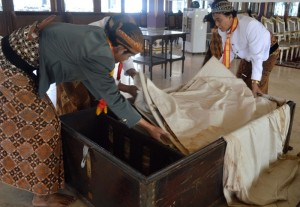 Para abdi dalem Keraton Kasunanan Surakarta ketika mengeluarkan wayang Kiai Jimat dari dalam kotak, untuk selanjutnya diisis di Sasana Handrawina, Selasa (23/9/2014). (Foto: Zaenal Huda)