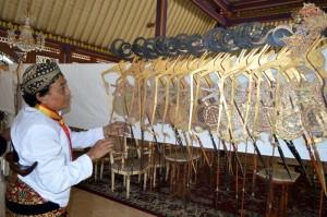3-KRT Sihhantodipuro ketika menjemur wayang Kiai Jimat berupa tokoh Arjuna, di Sasana Handrawina, Selasa (23/9/2014). (Foto: Zaenal Huda)
