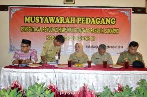 "Sejumlah pengurus HPPIS ketika menggelar acara ""Musyawarah Pedagang"" pembentukan organisasi pedagang yang baru, di sebuah rumah makan di Sukoharjo, Senin (22/9/2014). (Foto:Zaenal Huda)"