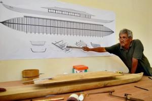 Joko Suryono ketika menerangkan pembuatan replika perahu Rajamala di kediamannya, Kamis (25/9/2014). (Foto: Zaenal Huda)