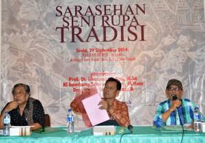 Para pembicara dalam Sarasehan Seni Tradisi, yang diadakan di Galeri Seni Rupa TBS, Senin (29/9). Dari kiri ke kanan, Prof. Dr. Dharsono,  Bambang Suwarno S.Kar, M.Hum dan Drs. Soegeng Toekio. (Foto: Zaenal Huda)