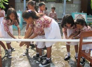 Sejumlah anak SDN I Ngaru-Aru Banyudono ketika menggelar acara cuci tangan bersama, Rabu (15/10). (Foto: Zaenal Huda)