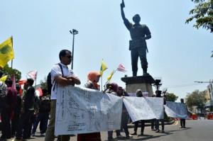2-Sejumlah tanda tangan dukung penolakan pemberlakuan UU Pilkada oleh DPRD yang dituliskan di atas sepanduk MMT, dalam aksi Gemas di Gladag, Kamis (2/10). (Foto: Zaenal Huda)