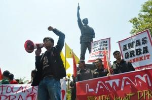 1-Massa Gemas beserta sejumlah ormas lain se Solo ketika menggelar aksi demo di dekat Patung Slamet Riyadi Gladag, menolak pengesahan UU Pilkada oleh DPRD, Kamis (2/10). (Foto: Zaenal Huda)