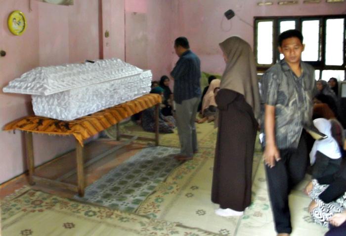 Jenazah Joko Riyanto ketika disemayam di rumah duka Dukuh Ngaliyan, Desa Pelem, Kecamatan Simo Boyolali, Kamis (23/10). (Foto: Zaenal Huda)