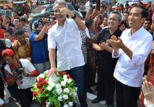 Gubernur Jateng Ganjar Pranowo didampingi Presiden terpilih Joko Widodo ketika menekan tombol tanda diresmikannya patung dan boulevard Sukarno yang letaknya di depan pintu gerbang Komplek Gedung Setda Pemkab Boyolali, Sabtu (4/10). (Foto: Zaenal Huda)