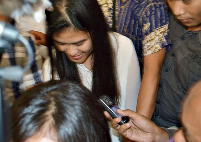 Kahiyang Ayu ketika dikerubuti jurnalis usai mengikuti seleksi tes CPNS 2014 di Gedung Bakorwil Solo, Rabu (23/10) (Foto: Zaenal Huda)