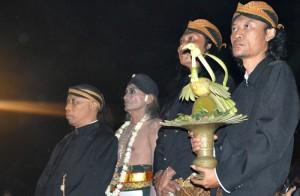 Prosesi acara panggih pengantin, Kodok Ibnu Sukodok ketika hendak dipertemukan dengan mempelai putri. (Foto: Zaenal Huda)