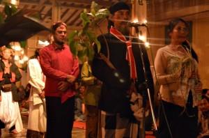 Pendamping pengantin putri menerima serah terima pengantin pria, seniman Cempe Lawu Warta (Berbaju hitam) saat memberi sambutan dalam acara prosesi panggih pengantin. (Foto: Zaenal Huda)
