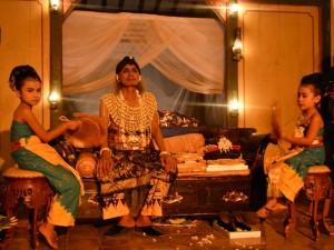 Kodok Ibnu Sukodok ketika duduk di pelaminan bersama sejumlah simbol keberadaan pengantin wanita di sampingnya. (Foto: Zaenal Huda)
