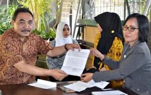 Wakil Ketua LPSK Hasto Atmojo S. (kiri) ketika menyerahkan surat jawaban terkait komitmen lembaga tersebut dalam mengawal kasus pelecehan seksual yang melibatkan Raja Kasunanan Surakarta, kepada kuasa hokum Asri Purwanti SH, MH di Solo, Kamis (2/10).