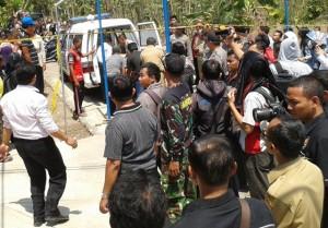 Suasana rumah Sapta Dandaka yang dijubeli warga Puhgogor yang menyaksikan evakuasi ketiga jenazah yang tewas mengenaskan. (Foto: Zaenal Huda)