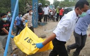 Petugas forensik Polres Boyolali ketika mengevakuasi korban meninggal dari Sungai Pepe, Senin (6/10). ( Foto: Zaenal Huda)