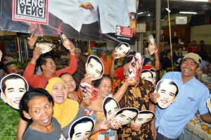 Sejumlah pedagang Pasar Gede mengenakan topeng Jokowi usai pelantikan mantan Walikota Solo itu menjadi Presiden RI ke tujuh. (Foto: Zaenal Huda)