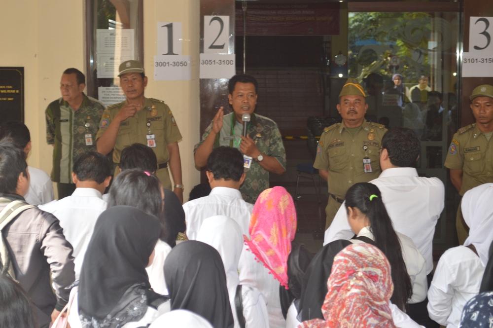 Panitia Seleksi CPNS 2014 ketika memberikan pengarahan kepada para peserta di depan Gedung Bakorwil, Rabu (23/10). (Foto: Zaenal Huda)