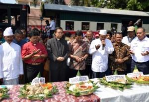 Murid-murid SDN Tirtayasa ketika menggelar syukuran atas pelantikan Presiden Jokowi. Nampak salah seorang guru menyerahkan tumpeng kepada seorang anak yang memakai topeng Jokowi. (Foto: Zaenal Huda)