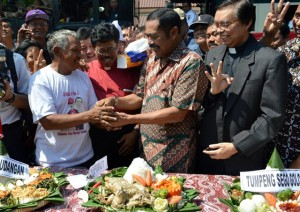 Walikota Solo, FX Hadi Rudyatmo bersama sejumlah pemuka agama ketika melakukan doa bersama usai kirab tumpeng tujuh dalam syukuran pelantikan Jokowi menjadi Presiden RI ke tujuh. (Foto: Zaenal Huda)
