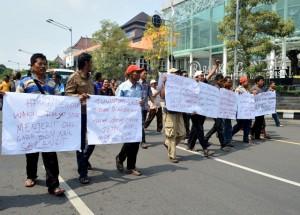 Para awak angkutan bus serta taxi ketika berjalan menuju Balai Kota Solo guna mengadukan nasibnya kepada Wali Kota Solo, atas kenaikan BBM belum lama ini. (Foto:Zaenal Huda)