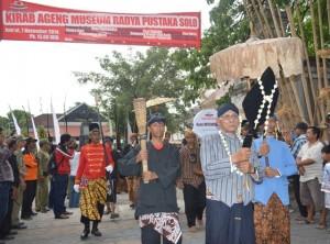 Seniman Ronggajati Sugiyatno yang membawa pusaka tombak Pancasula, ketika memimpin acara Kirab Ageng Museum Radya Pustaka. (Foto: Zaenal Huda)