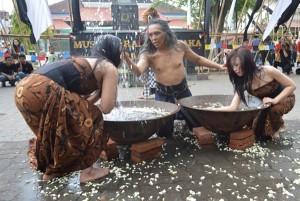 Seniman tari Srihadi beserta dua penari lain, ketika melakukan happening art dalam mengawali acara Kirab Ageng Museum Radya Pustaka. (Foto; Zaenal Huda)