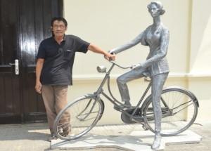 "Purjito bersama patung karyanya berjudul ""Sepeda"". (Foto: Zaenal Huda)"