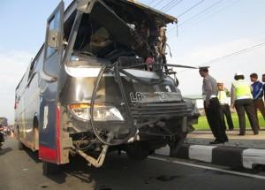 Kondisi bus PO. Langsung Jaya yang mengalami remuk pada bodi kiri depan, usai menyeruduk truk trailer yang berhenti di pinggir jalan depan RSU Banyudono. (Foto: Zaenal Huda)