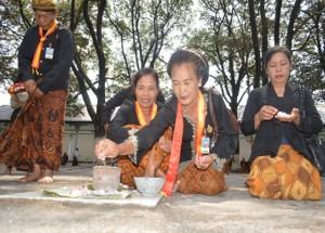 Para abdi dalem ketika melakukan sesaji menjelang upacara Wilujengan Nagari Keraton Kasunanan Surakarta yang ke 270 tahun. (Foto: Zaenal Huda)