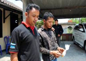 Tersangka Riswanto (kanan) ketika akan dibawa ke Mapolres Boyolali guna menjalani pemeriksaan. (Foto: Zaenal Huda)
