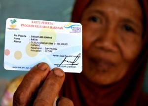 Seorang nenek menunjukkan kartu Program Keluarga Harapan (PKH)
