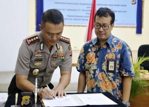 Penandatangan MoU Telkomsel dan Polda DIY oleh GM RAM Telkomsel Area Jawa Bali, Roeswandi bersama Waka Polda DIY, Kombes Imam Sugiyanto
