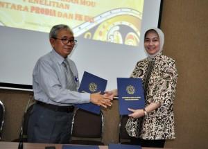 Jabat Tangan : Usai penandatanganan Prodia - FK UNS diwakili Prof. Zainal Dekan FK UNS, Indriyanti RS, Direktur Marketing Prodi. Rabu (15/4/2015)