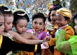 sejumlah-murid-taman-kanak-kanak-berkumpul-sambil-bercanda-dengan-mengenakan-_110421154859-550