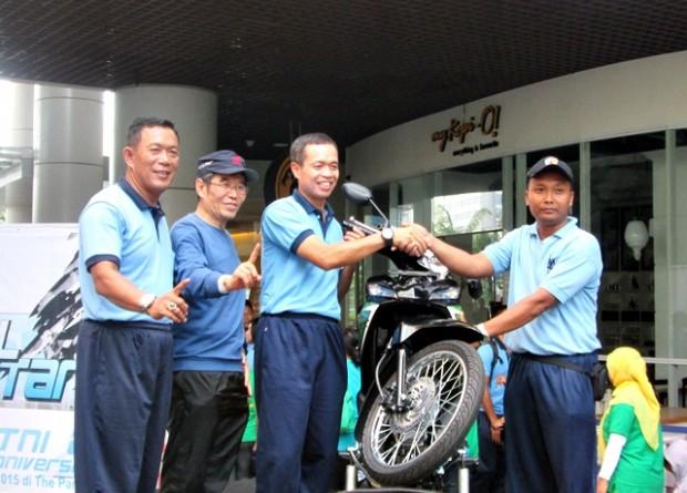Drs. Mintardja saat menyerahkan hadiah dan foto bersama  peserta jalan santai HUT TNI AU ke 69, di The Park Solo Baru.