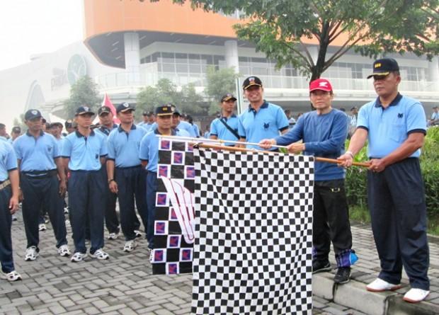 Start jalan santai keluarga besar TNI AU di The Park Mall oleh Danlanud Adi Sumarmo di dampingi Direktur Kurnia Kasih Motor Drs. Mintardja