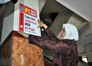 Rektor Unisri Tempel Poster Anti Plagiat