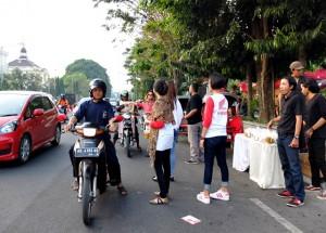 Pembagian Ta'jil di Jl. Jend. Sudirman Surakarta (Depan Benteng Vasturnburg)