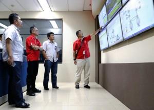 GM ICT Operation Region Jateng-DIY, Iswandi menunjukan layar monitoring jaringan