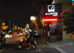 de Laxston hotel  Jl. urip Sumoharjo pada malam hari