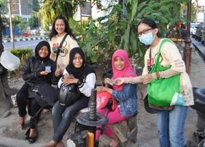 Anggota SBC saat memberikan suvenir batik kepada ibu-ibu.