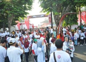 Ribuan peserta jalan sehat mulai berjalan