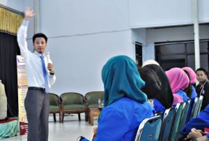 Syafii Efendi selalu tampil enerjik dan menarik saat seminar motivasi.